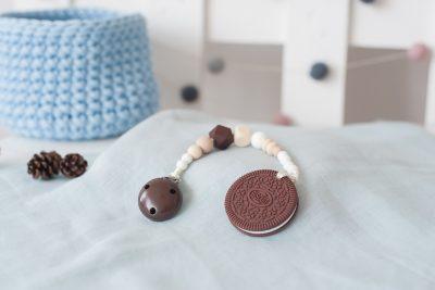 Silikoninis kramtukas sausainis ir prisegamas rudas čiulptuko laikiklis