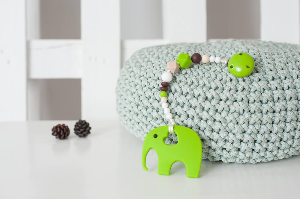 žalias čiulptuko laikiklis neutralus kramtukas drambliukas kūdikiui