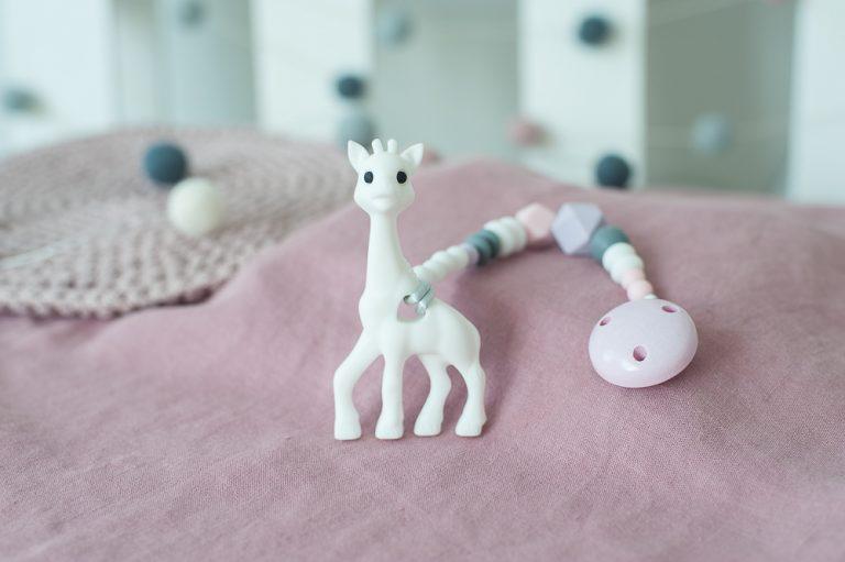Brikis silikoninis kramtukas žirafa balta ekologiškas žaislas pastelinis