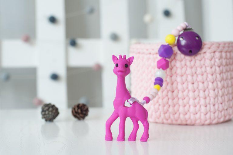 Ryškus rožinis čiulptuko laikiklis ir silikoninis kramtukas žirafa mergaitei