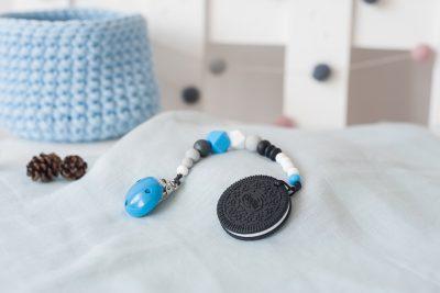 Silikoninis kramtukas sausainis ir prisegamas mėlynas čiulptuko laikiklis