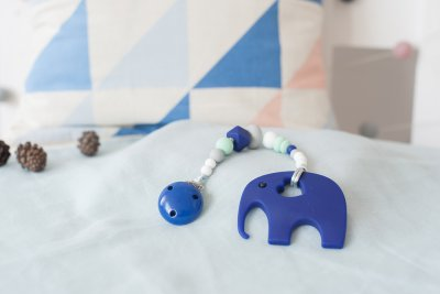 Tamsiai mėlynas čiulptuko laikiklis su silikoniniu kramtuku drambliuku