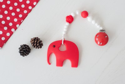 Raudonas lavinantis čiulptuko laikiklis su silikoniniu kramtuku drambliuku kūdikiui