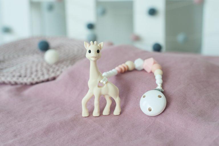 smėlio šviesus silikoninis čiulptuko laikiklis su kramtuku žirafa