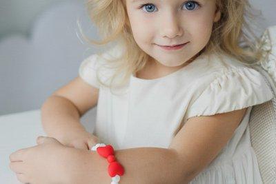 Ryškus silikoninis papuošalas mergaitei
