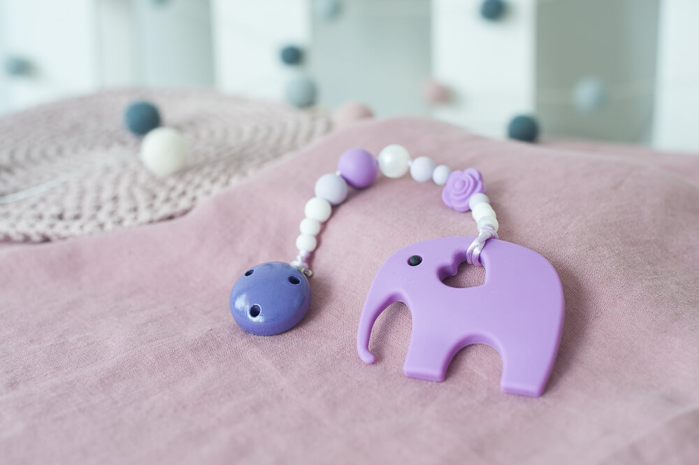 Violetinis čiulptuko laikiklis ir silikoninis kramtukas drambliukas mergaitei