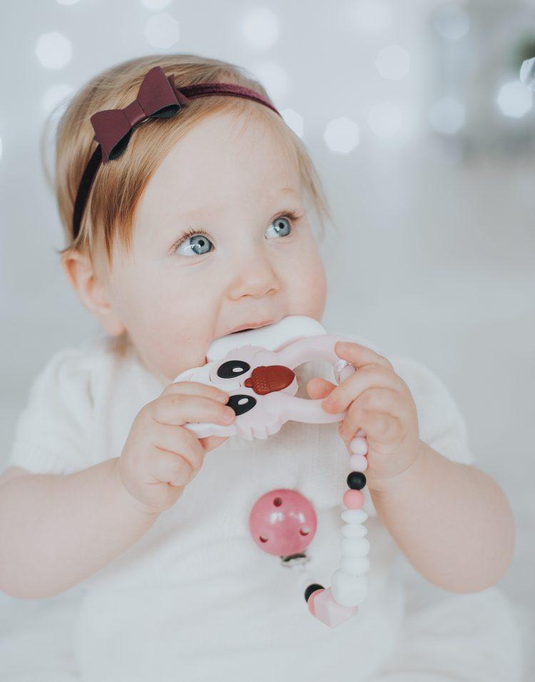 Rausvas silikoninis kramtukas voverytė mergaitei ir prisegamas čiulptuko laikiklis