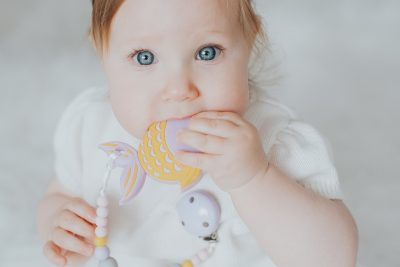 Silikoninis kramtukas alyvinė žuvytė ir prisegamas čiulptuko laikiklis mergaitei